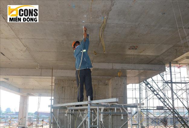 Công nhân đang thi công phần điện trong bến xe miền Đông mới